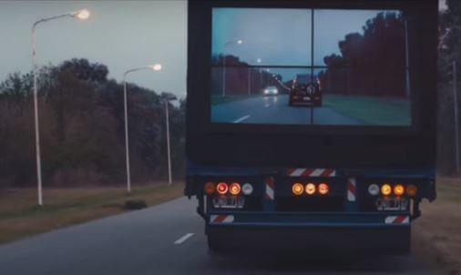 Він збирався обігнати цю вантажівку, але те, що він побачив, змусило його уповільнити хід!