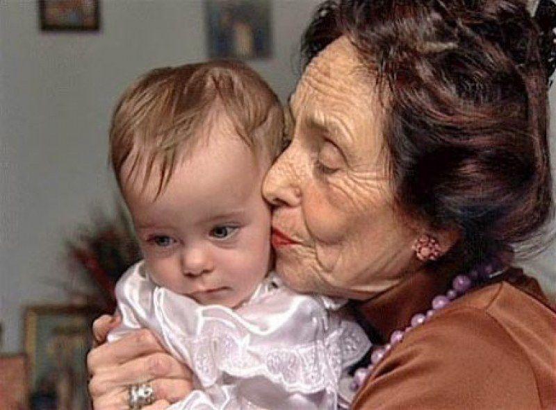 НАЙСТАРІША МАМА СВІТУ! Вона народила доньку у 67 років! Погляньте як ця сім'я виглядає зараз