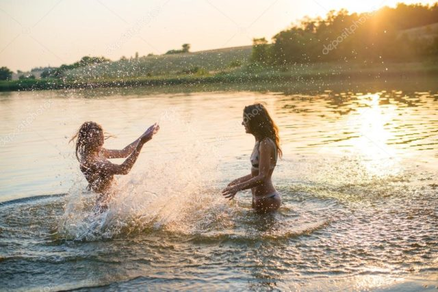 Фермер помітив двох r0лих дівчат, які купалися в його ставку…. те, що він сказав їм, — незрівнянно!
