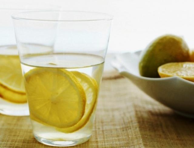 Пийте щоранку теплу воду з лимоном – це дуже корисно, але не повторюйте одну помилку, яку роблять усі…
