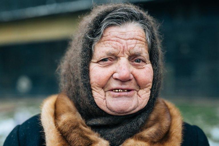 Минуло ще пів року і бабуся зникла з базару. Тоді Ігор вирішив віднести, як звично, гроші до її дому і заодно провідати — чи не захворіла. Але ворота були відчинені і у дворі ходили чужі люди