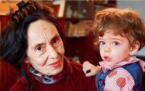 Ця жінка народила свою першу дитину в 67 років. Як вона з донькою виглядають через 16 років