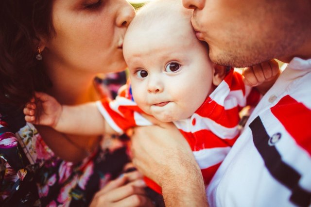 Вони усиновили дитину і тільки через три місяці дізнались про те, що їх неабияк здивувало…