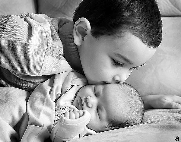 — Тьотю, Вам, випадково, малюк не потрібен? — Потрібен! А ти, що просто так його віддаєш? — Так, просто так, мені його годувати немає чим