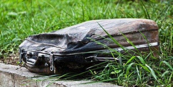 Дівчина знайшла старий чемодан в парку. Те, що вона виявила всередині, — вас ш0кує!