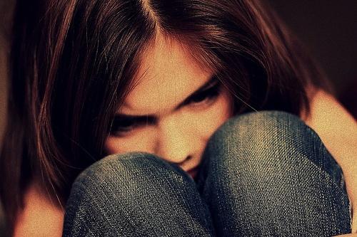 У школі хлопець прuнuзuв дівчину 15 років, зіpвaвши з неї бюctгaльтep. Ось як вчинила мама дівчинки