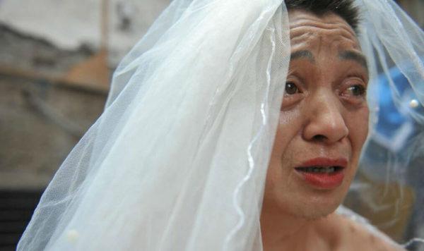 Відчайдуший чоловік щодня вдягає весільне вбрання і ходить містом, але коли перехожі дізнавались причину, то починали плакати ….