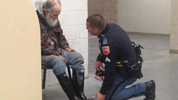 Те, що поліцейський зробив для цього бездомного, вразило всіх до глибини душі