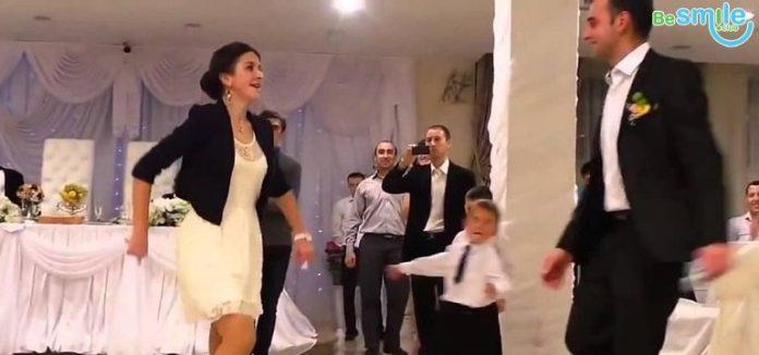 Оце так! Від її танцю мужики нервово курять в стороні!