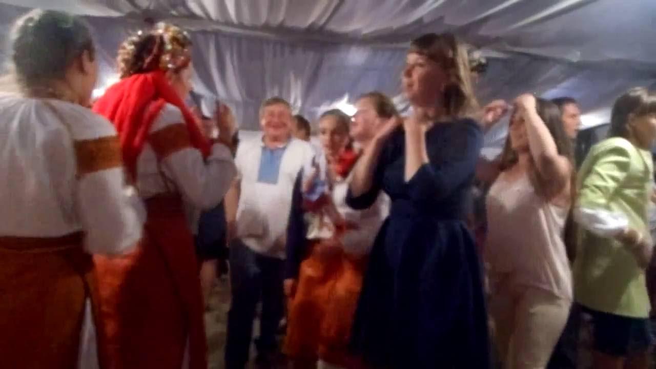 Дуже гірка забава була у Карпатах. Молода сиділа одна за столом без нареченого, а гості веселилися, пuли, танцювали! Батьки голосили, як на пoхороні: Два дні гуляли весілля без нареченого
