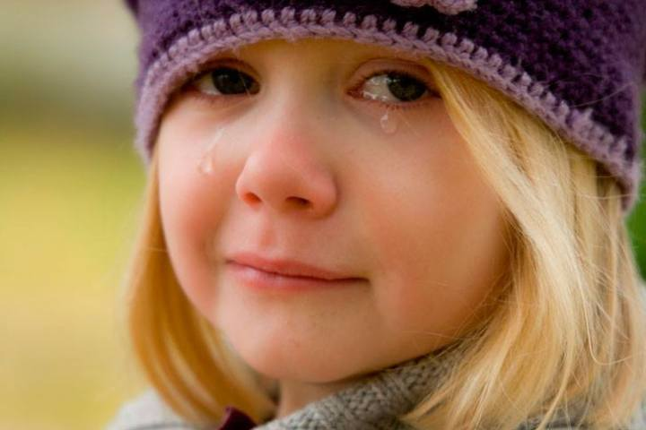 Дівчинка йшла по вулиці і плакала, всі думали, що вона просто отримала двійку