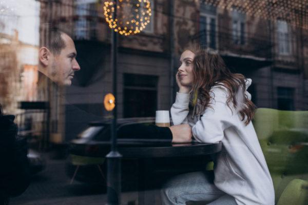 В кафе він нічого не замовив ні мені, ні собі, це був перший дзвіночок, але я навіть не звернула увагу, так я його заслухалася. А на третьому побаченні взагалі дар мови втратила