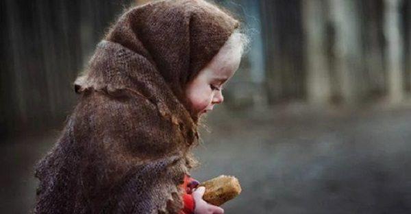 Саша одразу кинувся до дівчинки, якій було від сили роки два, і простягнув їй через кватирку надкушений гамбургер Світлани. Та жадібно вп'ялася в нього зубками і швидко з'їла