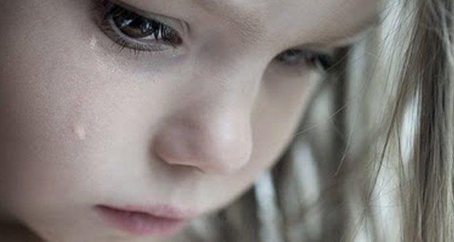 За плечима – ангел і мамина молитва: Бідна дівчинка мовчки слухала, як її родина на маминих поминках думали, куди її подіти.