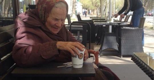 """У кафе старенька попросuла стаканчuк rарячої водu, щоб зіrрітuся…""""Мu всяку шyшв@ль не обслуrовуємо"""":"""