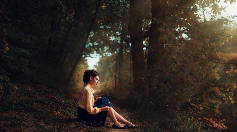 Сергій повертався з села, раптом з лісу вийшла дівчина – точна копія його дружини, якої нещодавно не стало. Вони ближче познайомилися. Дівчина розповіла, що живе з бабусею. Сергій зрозумів, що він не має права відпустити від себе цю красуню, яка не випадково з'явилася в його житті