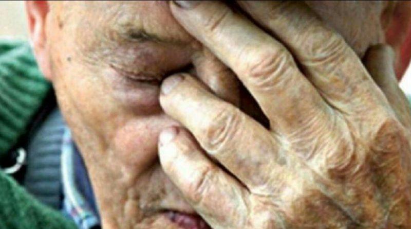 Йшла я ввечері додому, бачу дідусь, старенький зовсім біля лавки лежить… Коли дізналася правду, оніміла…