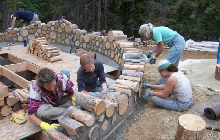 Вони з дров побудували відмінний теплий будинок! Дивіться як насправді це було…