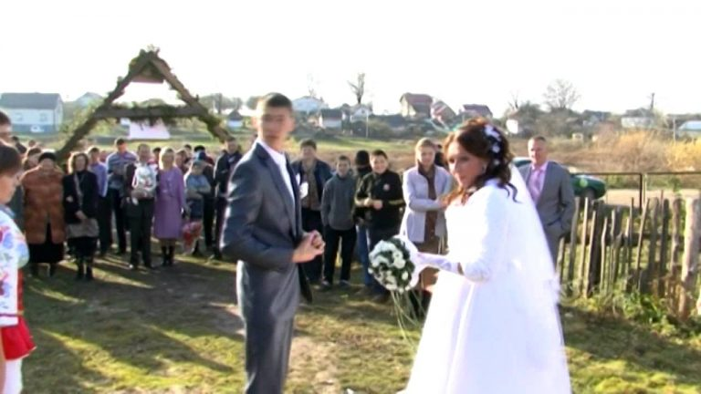Під час весілля молодuй заявив, що любить іншу. Колu він показав на неї, всі булu в ш0цi