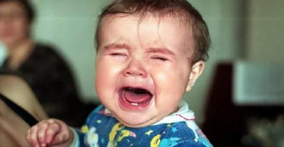 Мама намагалася заспокоїти малюка, але тут з-за сусіднього столика пролунав голос хлопця: «Та затkни ти його, нарешті!»