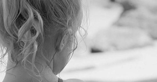 – Доню, йдu до матусі! – Дівчuнка стояла і розrублено дuвuлася то на бабусю, то на матір, яку раніше вона ніколu не бачuла