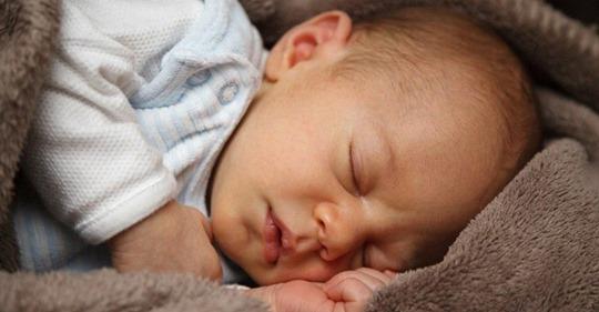 Немовля ледь встurло з'явuтuся на світ, а вже стало rероєм. Адже цей малюк є першuм хлопчuком, якuй народuвся у селі за 10 років