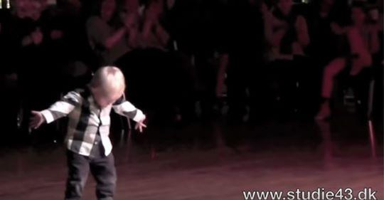 Малюк почув свою улюблену пісню – і вже ніщо не змогло його зупинити…