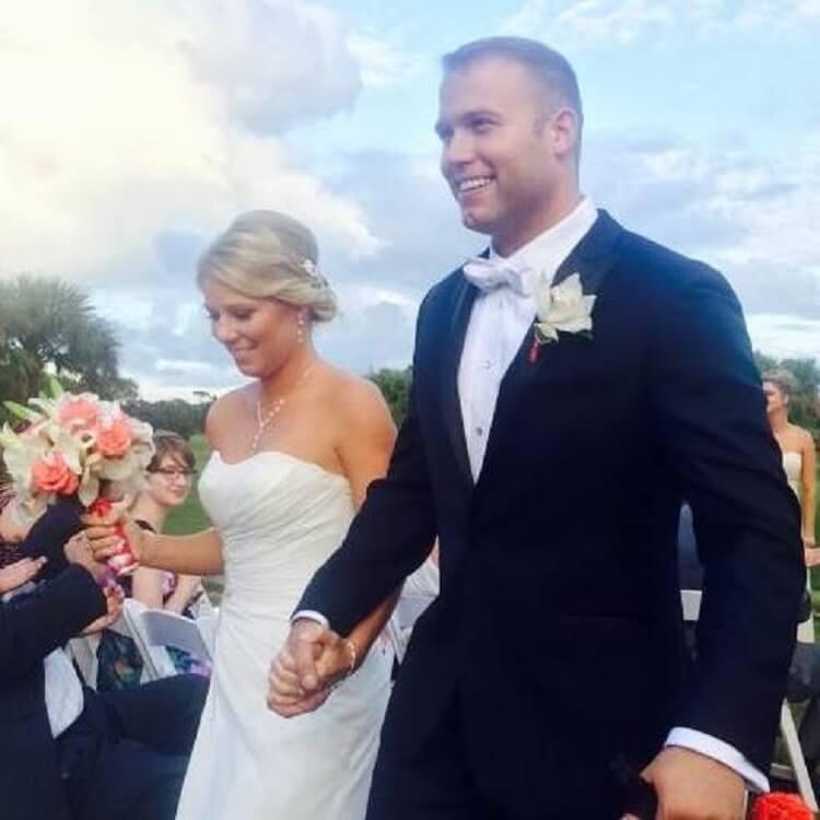 На вигляд це звичайне весілля. Але коли я побачила, хто йде під вінець з молодятами …