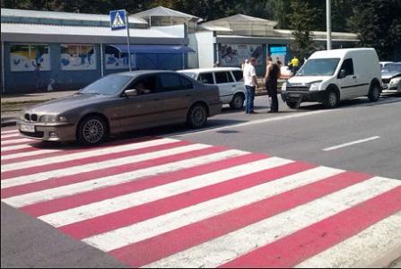 Геніальний спосіб! Молодці! Подивіться що зробили пішоходи після того як водій зупинився прямо на «Зебрі»…