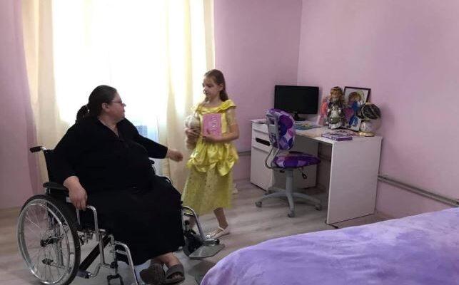 """""""Спала на підлозі і доглядала за прикутою до ліжка мамою"""": історія 9-річної дівчинки підірвала Мережу. Сльози на очах!"""