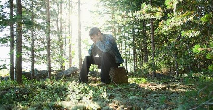 Чоловік раз в тиждень їхав в ліс. Дружина вирішила простежити. Потім довго не могла в себе прийти…