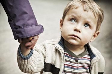 «Пробачте мене, синочки!»: – Бабуся, чому мама знову не прийшла за мною в садочок? За всіма приходять мами, тато, а за мною тільки ти?