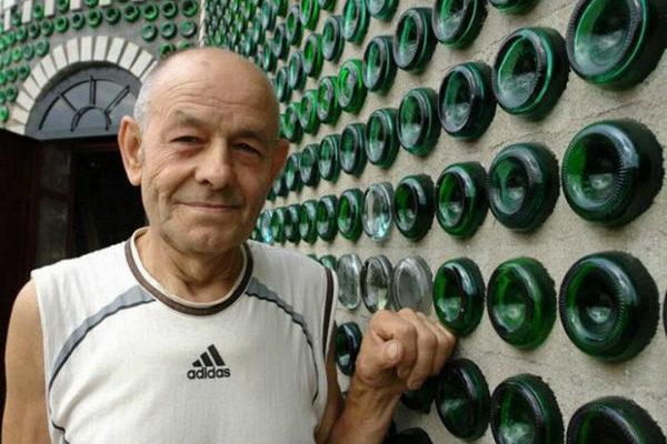 20 років Володимир зносив у двір пляшки. Сусіди в заздрості, побачивши, що він зробив…
