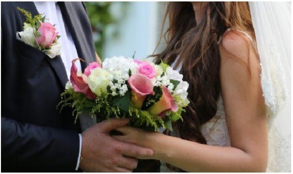 Коли до мого весілля залишалося три тижні, я випадково підслухала телефонну розмову свого нареченого і зрозуміла, що у нього є інша. Але я пробачила, весілля відбулося в намічений день, і ніхто з моєї родини не дізнався про те, що сталося. Ми прожили 5 років і я завжди думаю, чи правильно я тоді вчинила