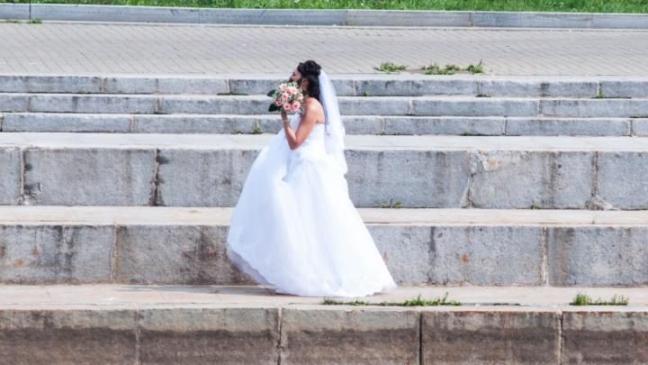 Ну ось!Танька до загсу не приїхала, весілля зірване. Я розrубилений вийшов на вулицю і неочікувано у кущах побачив дівчину…