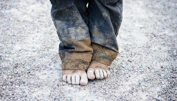 Маленький хлопчик стояв босоніж перед взуттєвим магазином, вдивляючись у вікно і тремтів від холоду. Ві просив у Бога подарунок – черевички