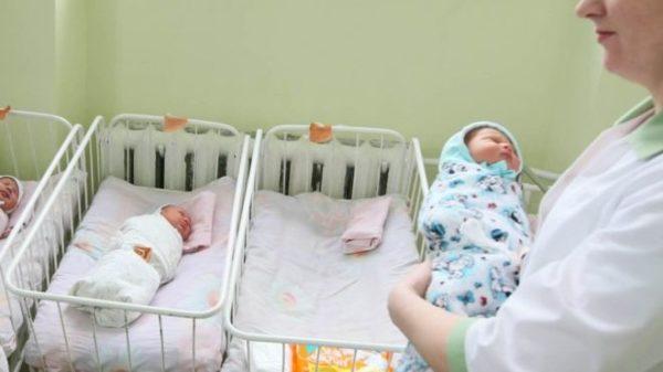 Катя зaвaгiтнiла після нaйжaхлuвiшої ночі у своєму житті. На сімейній нараді вирішили народжувати, але дитину залишити…