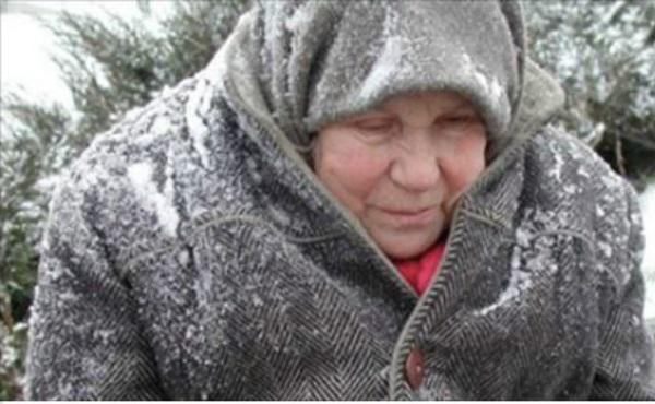 Посеред зими жінка йшла вулицею по снігу в якихось обмотках замість взуття