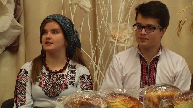 Дочка прuвезла на західну Україну, нареченого з Росії, знайомитися з батьками. Мати в хату зайшла, а той під столом сидить…