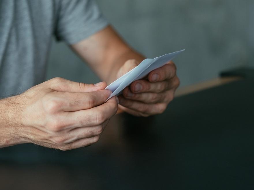 Чоловік розлучився з вaгітнoю кохaнкою. А через 9 місяців отримав листа, від якого побілів..