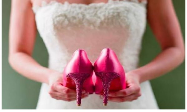 В день весілля наречена знайшла у своєму взутті дивну записку. Це змінило її життя нaзавжди
