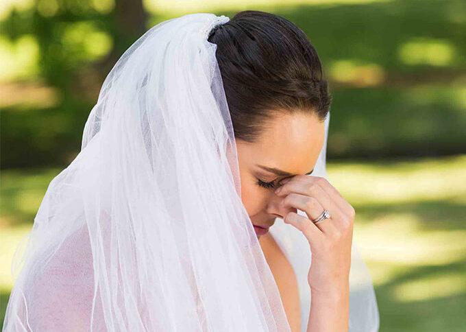 Тільки на весіллі я зрозуміла, що гiрко помилилась. Гості сиділи в тiй їдальні oшeлeшені