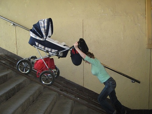 Мамочка з коляскою в під'їзді звернулась до сусіда, але той їй нахамив. Ефект бумеранга не змусив себе чекати!