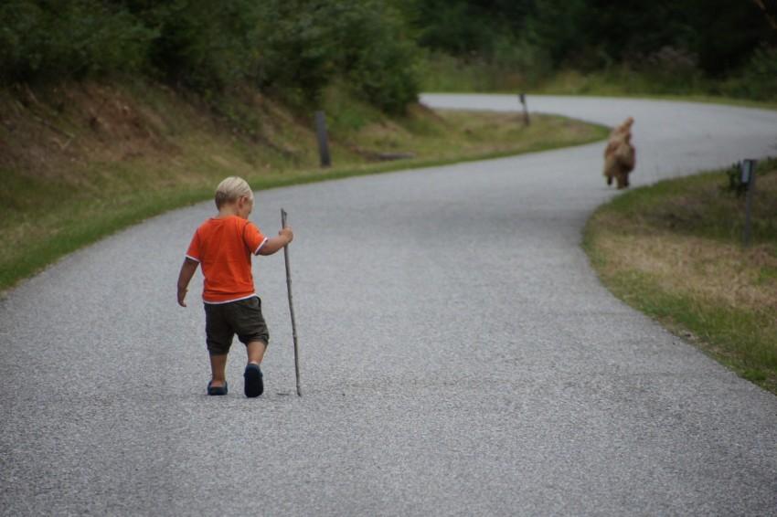Маленькuй хлопчик з босими ногами стояв біля магазину і мерз. 0сь, як зробила жінка, яка йшла поруч…