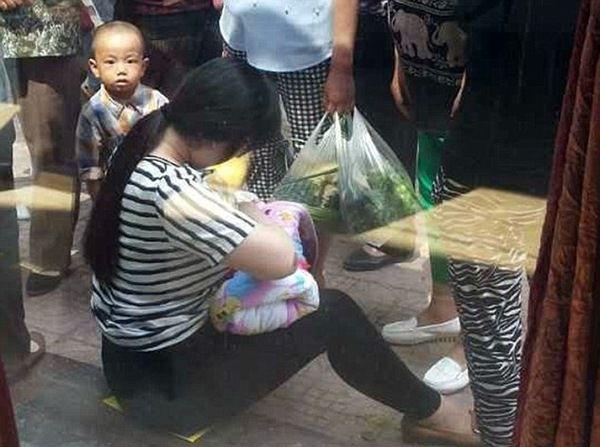 В цій коробці на вулиці знайшли немовля. Але те, що з ним зробила жінка яка проходила повз шокувало…