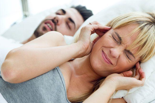 Як припинити хропіння людини, яка лежить поруч — дієві шепоти та замовляння
