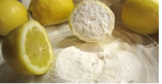 Бабуся зранку завжди занурювала лимон у соду. Так, саме в соду – не в цукор, і навіть не в сіль. Цей дивовижний метод я використовую і досі. Це неймовірно, що може зробити для вашого тiла лимон і сода всього за 5 хвилин!