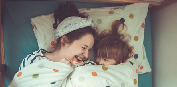 Матусю полежи зі мною! Дитина запам'ятає ці щасливі миті на все життя.