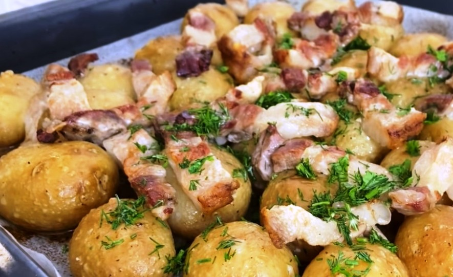 Цю страву люблять всі!Як по-селянськи! Молода картопля з салом в духовці
