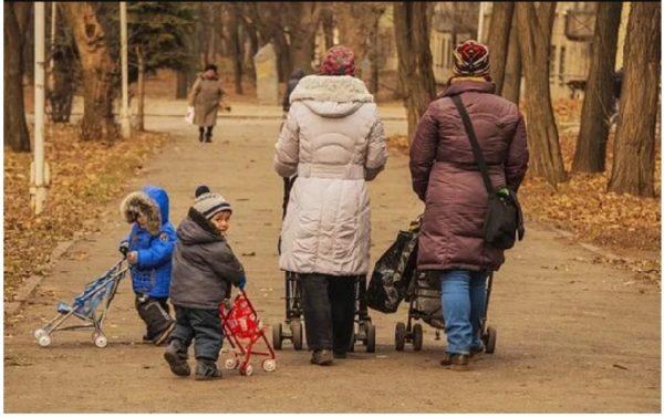 Юля з малюком сиділа на лавочці, коли підійшла жінка і попросила на хвильку приглянути за її дитиною. Через дві години Юля зрозуміла – дівчинку мати покинула. На наступний ранок вона вирішила удочерити її